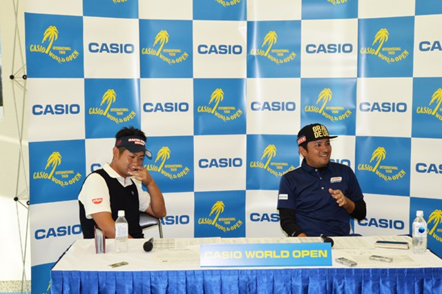 シード危機にあった正岡竜二(右)が優勝争いの中心に。最終日も首位の池田勇太と最終組をともにする※大会提供
