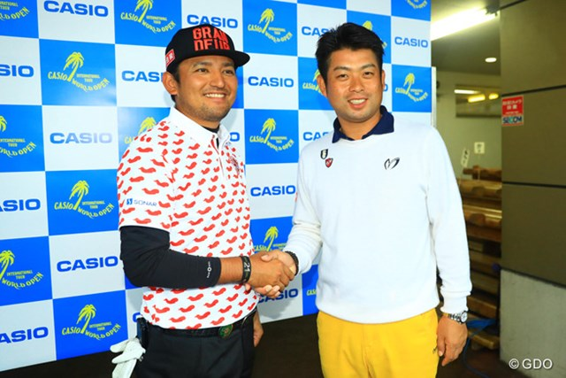 正岡竜二(左)はツアー初優勝は逃したが、目標のシード確保に成功。大学の後輩・池田勇太も祝福した