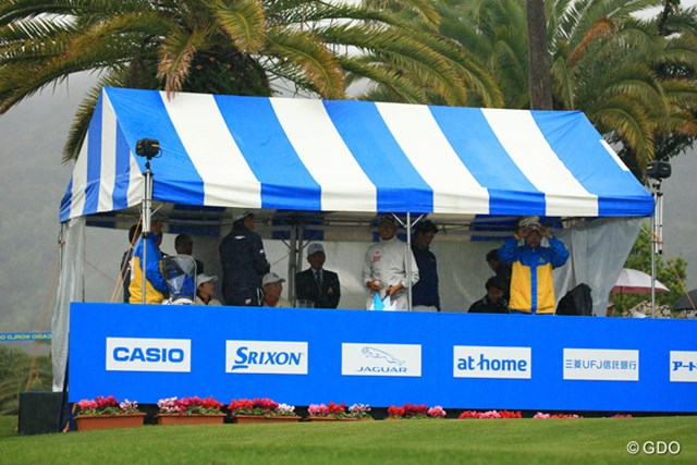 2016年 カシオワールドオープンゴルフトーナメント 最終日 競技中断 スタートから1時間、午前9時に競技中断。選手は現場での待機に。テントに逃げ込む。