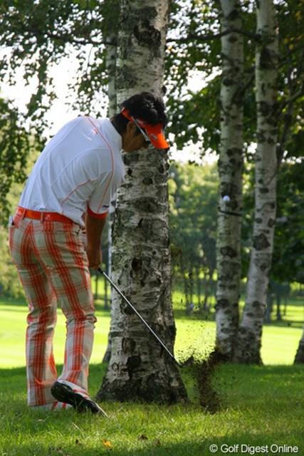 石川遼 15番での2打目。石川遼の2打目は前方の木に当り後方に跳ねてしまった