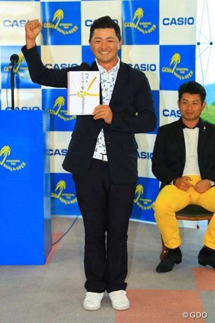 2016年 カシオワールドオープンゴルフトーナメント 最終日 片岡大育 今年から新設されたベストドレッサー賞。ギャラリーの方々からの投票により、初代チャンピオンは片岡プロに決定!表彰式では本当に嬉しそうにガッツポーズ!