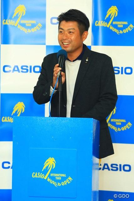笑顔で優勝インタビューを行う池田勇太。納得の形での優勝とはいかなかったが、賞金王争いを大きくリードした