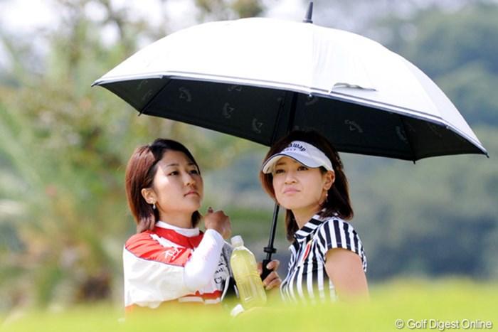 最下位に並ぶ、まさかのプロデビュー初日となった竹村真琴(右)。姉の千里さんも心配顔 竹村真琴
