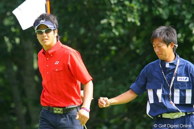 4番で最初のバーディを奪いキャディと「背面グータッチ」を決めた石川遼
