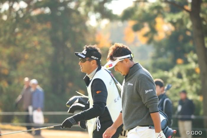 今日もキャディは堀尾研?仁。 2016年 ゴルフ日本シリーズJTカップ 3日目 塚田陽亮