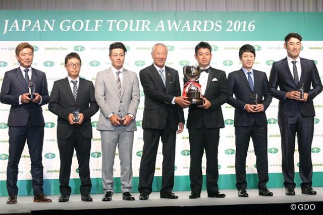 2016年 ジャパンゴルフツアー表彰式 受賞者7人による記念撮影(写真左から塚田好宣、稲森佑貴、谷原秀人、青木功、池田勇太、キム・キョンテ、チャン・キム