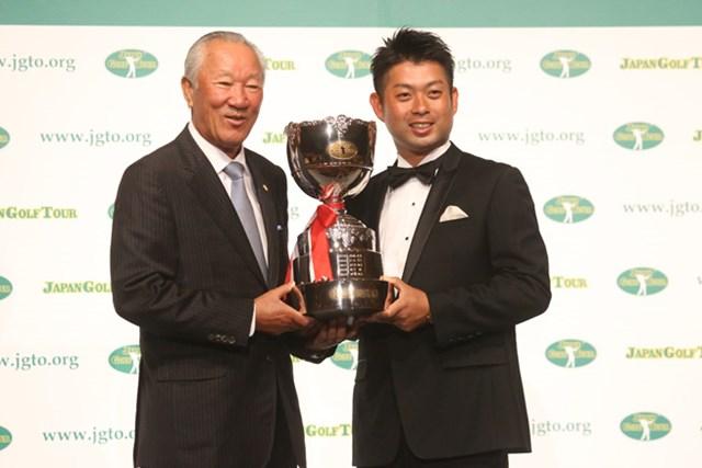 2016年 ジャパンゴルフツアー表彰式 青木功、池田勇太 青木功JGTO会長からトロフィーを授与される池田勇太