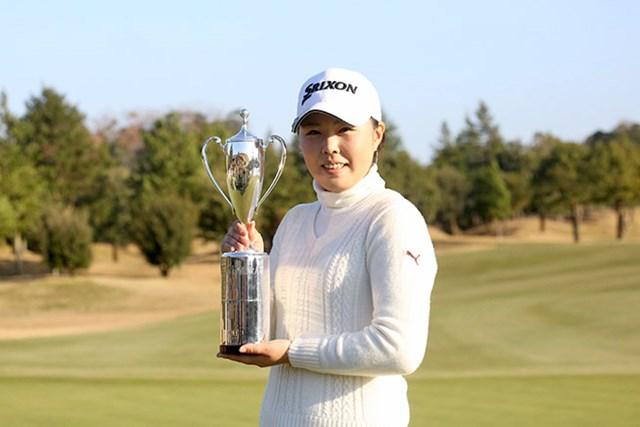 高橋恵が逃げ切り優勝。歴代賞金女王たちも掲げたカップを手にした