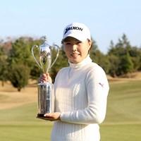 高橋恵が逃げ切り優勝。歴代賞金女王たちも掲げたカップを手にした 2016年 LPGA新人戦 加賀電子カップ 最終日 高橋恵