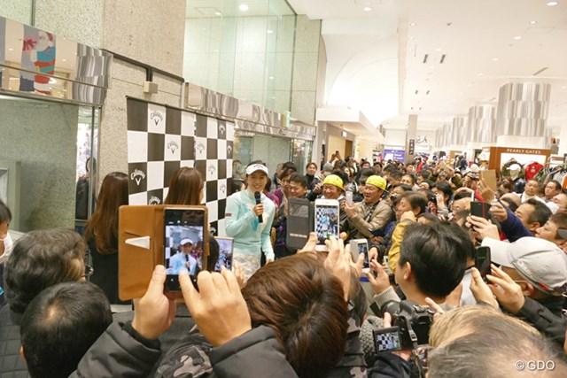 トークショーで大勢のファンに囲まれる藤田光里