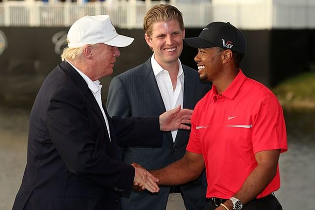 トランプ氏(左)と握手をするウッズ(by Warren Little/Getty Images)
