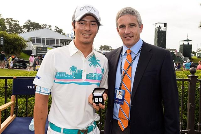 2015年「ザ・プレーヤーズ選手権」に初出場した石川遼との記念写真に納まるジェイ・モナハン (Stan Badz/PGA TOUR)