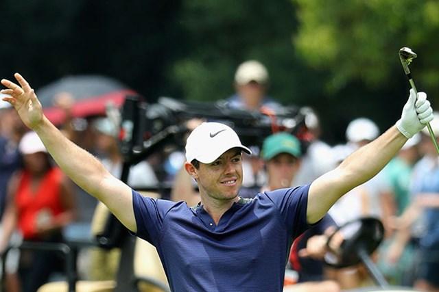 マキロイはパー4でのイーグルに手を挙げた(by Warren Little/Getty Images)
