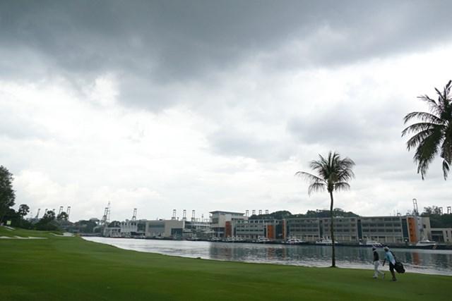 2017年 SMBCシンガポールオープン 3日目 中断直前 蒸し風呂のような午前の暑さが雲をよび、数時間後には雷雲となって上空を覆った。