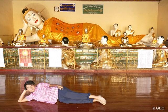 ヤンゴン名所、シェンダゴン・パゴダの寝大仏の前で今大会の活躍を期す?小木曽喬