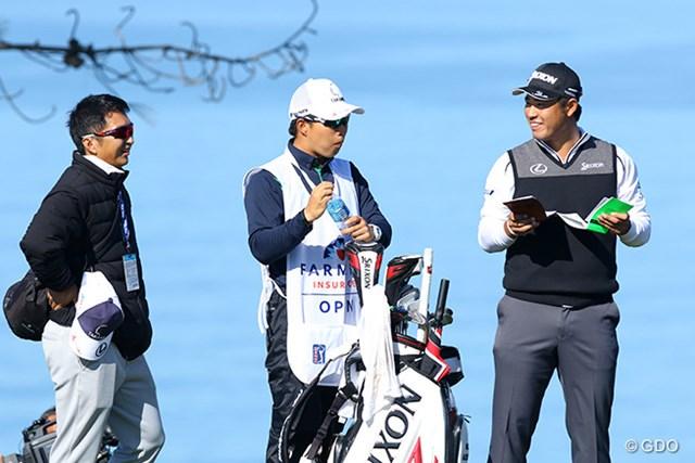 松山のバッグを担ぐのは後輩プロの早藤将太(中)。進藤大典キャディ(左)の体調に配慮した