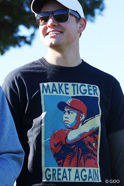 「強いタイガー・ウッズをもう一度!」ドナルド・トランプ米新大統領のフレーズをもとにした応援Tシャツを着たファンも…