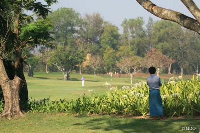 ミャンマーの民族衣装・ロンジーを履いて観戦する地元ギャラリー