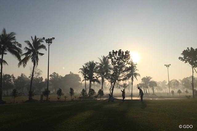 朝靄の中でのプレー。前半数ホールはからっきし見えなかった