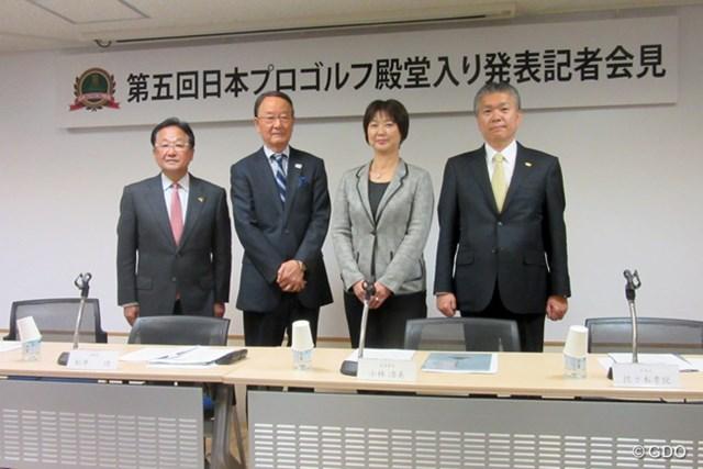 松井功・日本プロゴルフ殿堂理事長(左から2番目)から第五回の殿堂入り顕彰者6人が発表された
