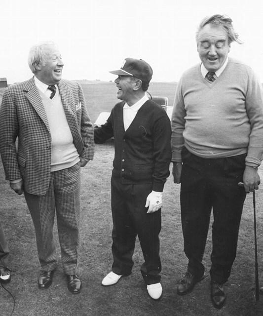 ゴルフ場で談笑する田中首相(写真中央)とイギリスのヒース首相(写真左)、北アイルランドのホワイトロー国務長官(Ian Tyas/Keystone/Getty Images)
