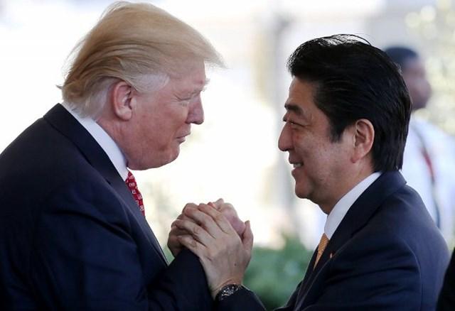 日米首脳会談の翌日に1.5ラウンドの「ゴルフ外交」を行ったトランプ米大統領と安倍首相(Mario Tama/Getty Images)