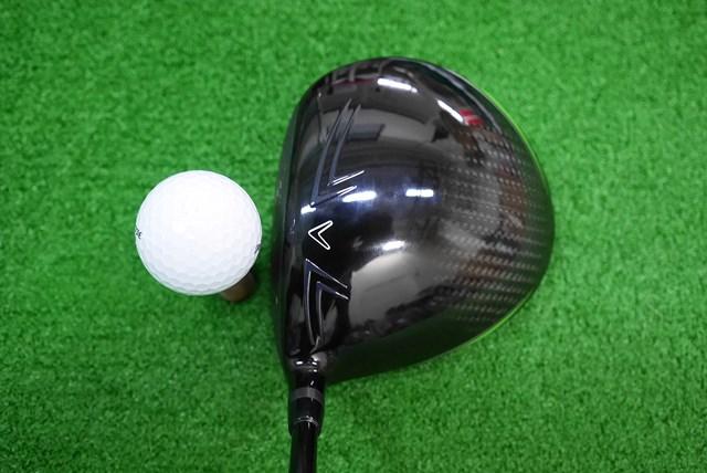 ヘッド形状はオーソドックスな丸型で、クラウンのフェース寄りには、ヘッド上面の気流を整える『スピード・ステップ』と呼ばれる膨らみがある