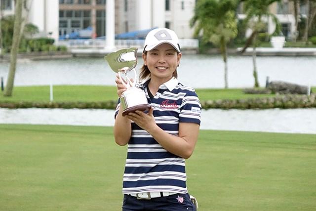 26歳の小宮満莉花がプロ初優勝。ライバルたちからも祝福を受けた