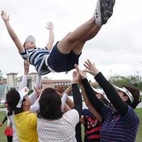 仲間たちが胴上げで祝福! 2017年 グアム知事杯女子ゴルフトーナメント 最終日 小宮満莉花
