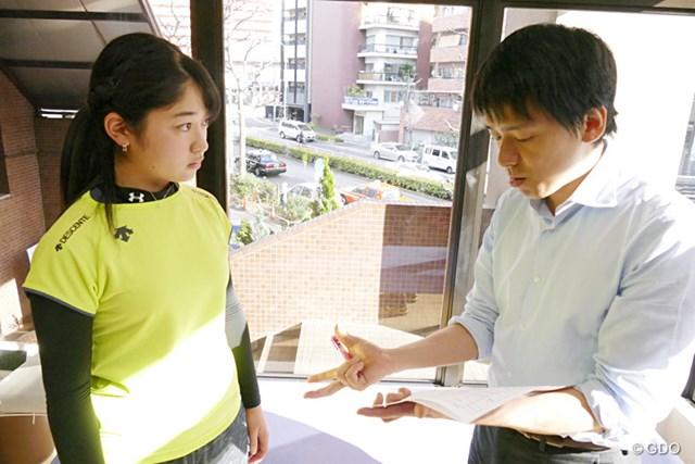 腰の状態について、加藤欽志医学博士の説明を受ける斉藤妙さん
