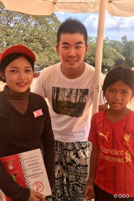 カンボジアのカフェで。右の少女が僕の席にバナナを売りに来てくれたのですが…よくよく聞いたら、左の店員さんの妹さんでした(笑)