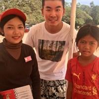 カンボジアのカフェで。右の少女が僕の席にバナナを売りに来てくれたのですが…よくよく聞いたら、左の店員さんの妹さんでした(笑) 川村昌弘