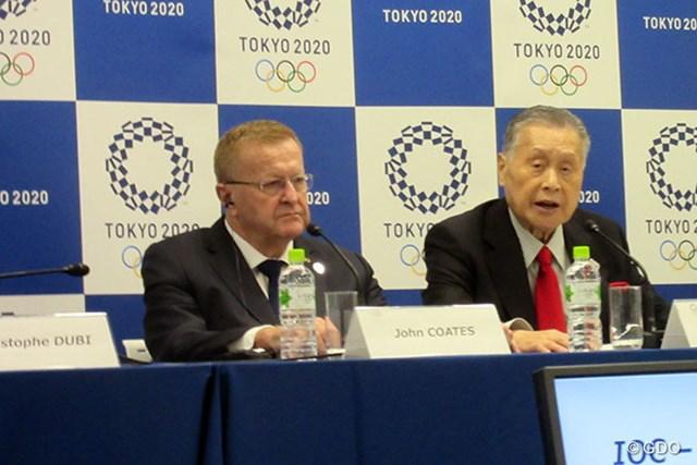 記者会見するジョン・コーツIOC副会長(左)と森喜朗東京五輪大会組織委会長