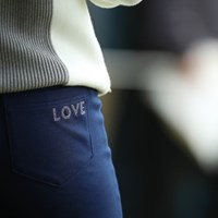 お尻のところにLOVEの文字。それを撮っていたら不思議と背景にもハート型のオーラが出現。 2017年 ダイキンオーキッドレディスゴルフトーナメント 初日 イ・ボミ