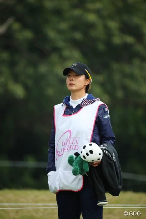 なんという悲しそうな顔でキャディをしてるんだ。 2017年 ダイキンオーキッドレディスゴルフトーナメント 初日 下村真由美