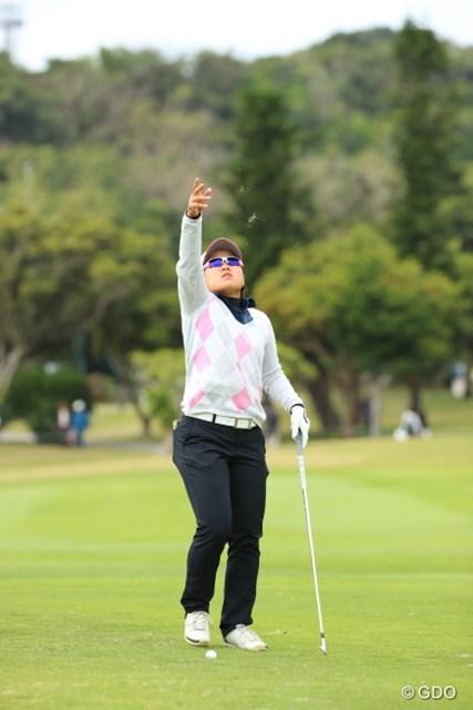 2017年 ダイキンオーキッドレディスゴルフトーナメント 2日目 畑岡奈紗 急に蝶々でも見えたのか。心配になったが違うのだ。
