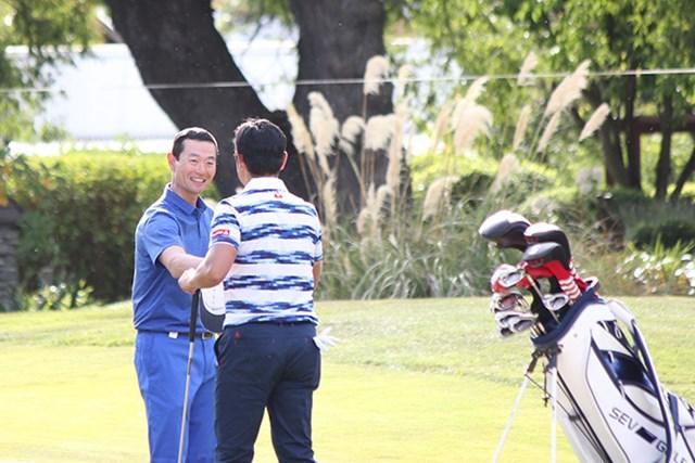 「78」でプレーを終えた桑田真澄氏は、ペアを組んだ武藤俊憲とがっちり握手※大会広報提供