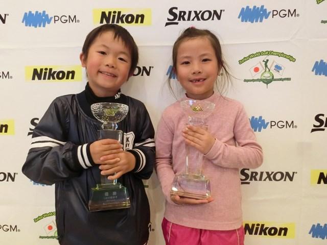 6歳以下の部男女優勝の須藤樹(左)と蕪木梨央(大会提供)