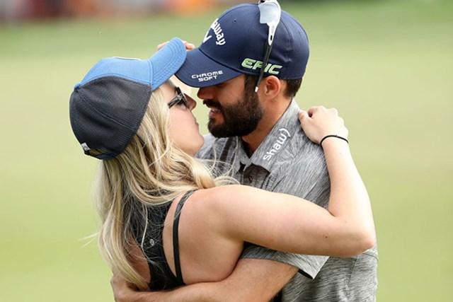 ハドウィンは婚約者と熱いハグ(Mike Lawrie/Getty Images)