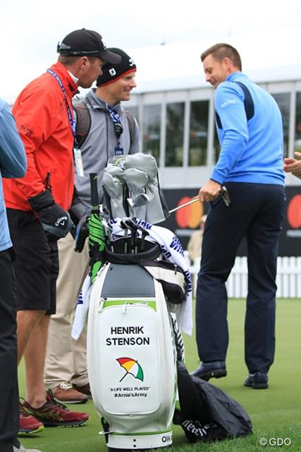 ステンソンのバッグには名前と傘、それに「A life well played」の文字