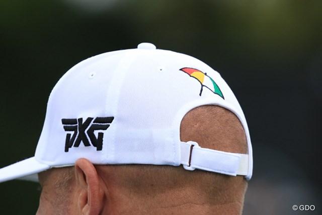 PXGのツアーレップが被る帽子は、大きな傘の刺繍入り