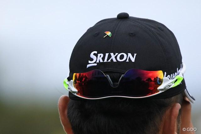 帽子の後ろに小さなピンバッジを付けている松山英樹