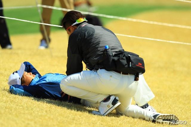 写真だけ見ると何かヤバいシーンに出くわしてしまった感じですよね。どこかを痛めているのかトレーナーがマッサージしてました。