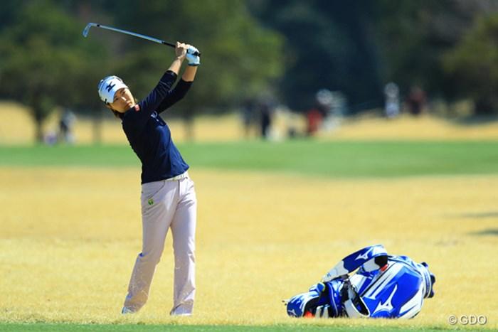 スイングがコンパクトになったように見えます 2017年 Tポイントレディス ゴルフトーナメント 初日 服部真夕