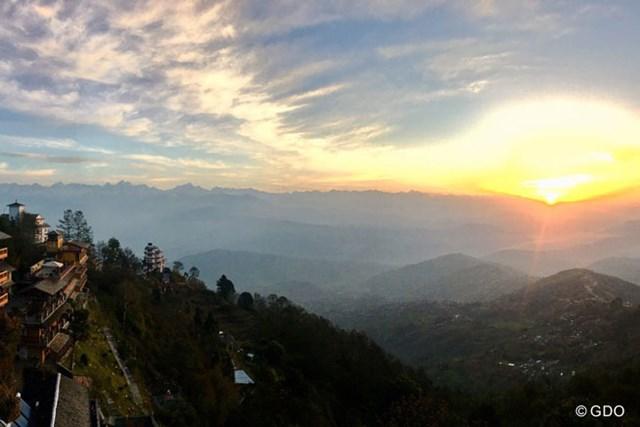 ネパールの山岳から望むヒマラヤ・・・。オフを利用して、今回も一人旅です