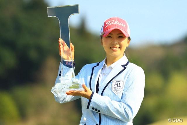 完全優勝の菊地絵理香は笑顔でカップを掲げた