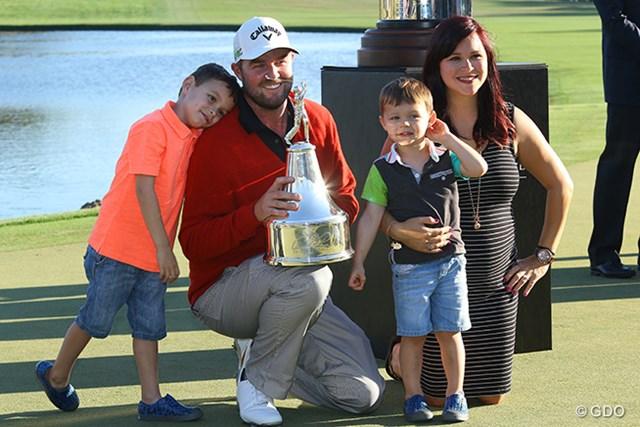 妻オードリーさんと息子のハーベイ君、オリバー君とともに優勝を喜ぶマーク・レイシュマン