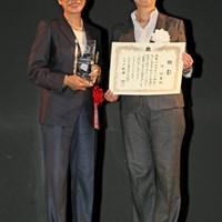 ゴルフ殿堂の顕彰式に出席したト阿玉。小林浩美LPGA会長から表彰状を受け取った ト阿玉