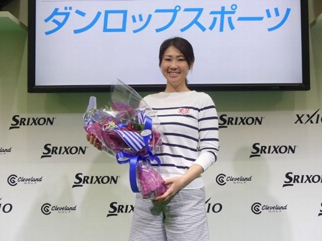 2017年 ジャパンゴルフフェア 古閑美保 用品契約をするダンロップスポーツから花束が贈呈されニッコリの古閑美保