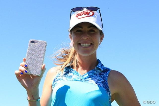 ポーラ・クリーマーの携帯ケースはスワロフスキーのカスタマイズカバー